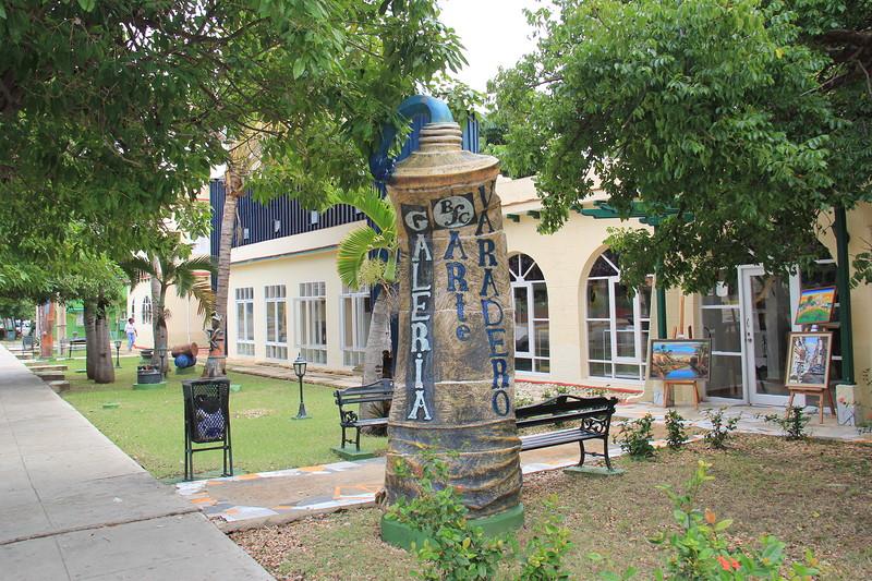 Памятник тюбику зубной пасты